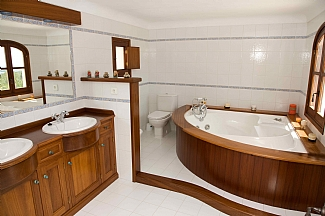 Bathroom with Jacuzzi in a rental house of Ibiza