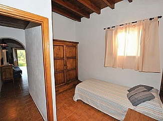 Single rustic room in a rental house of Ibiza