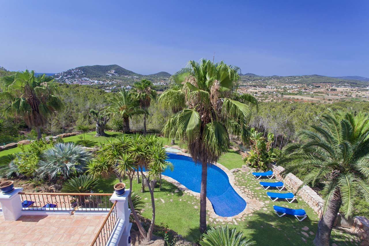 Panoramic photo of the garden of the house of rent in ibiza and of the natural environment that surrounds it