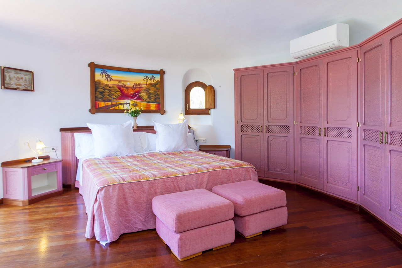 Master bedroom with double bed, large wardrobe and air conditioning