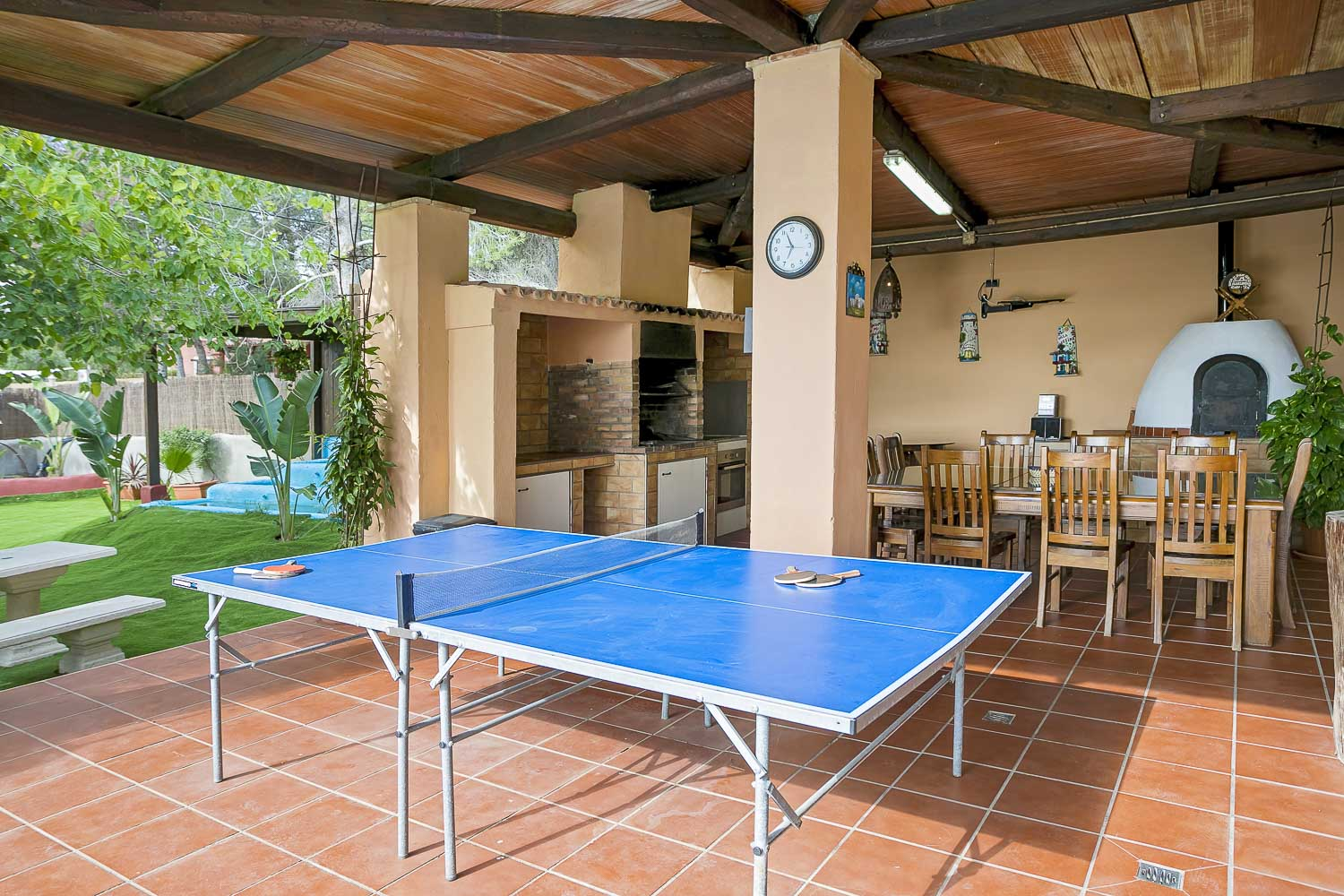 Terarce with a dining room, barbecue zone and a ping-pong table