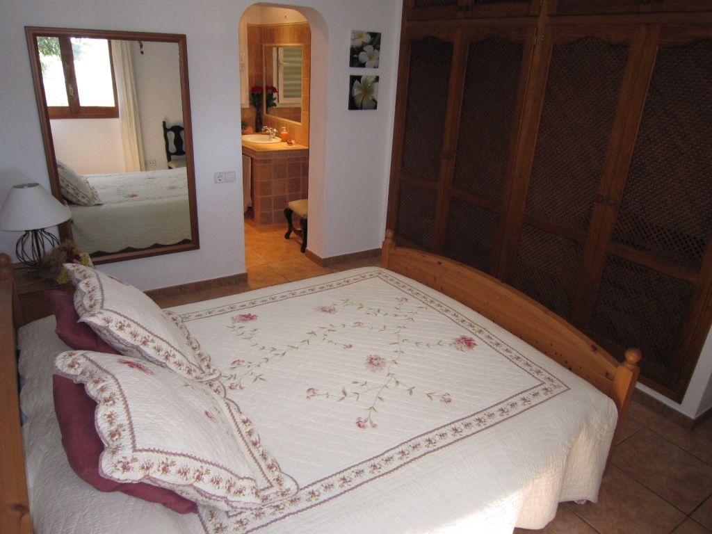 Double bed room with private bathroom in a house of Ibiza