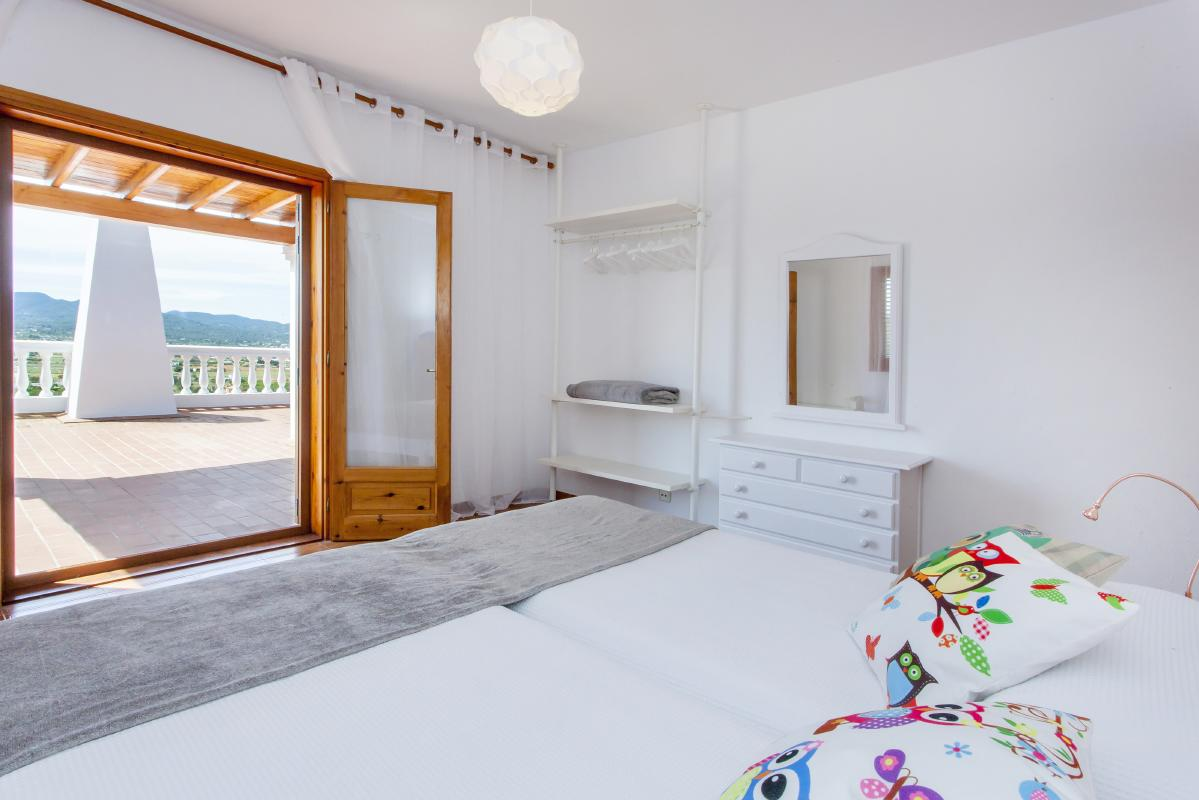 Luminous and hamblia room of two beds with access to terrace views to the field