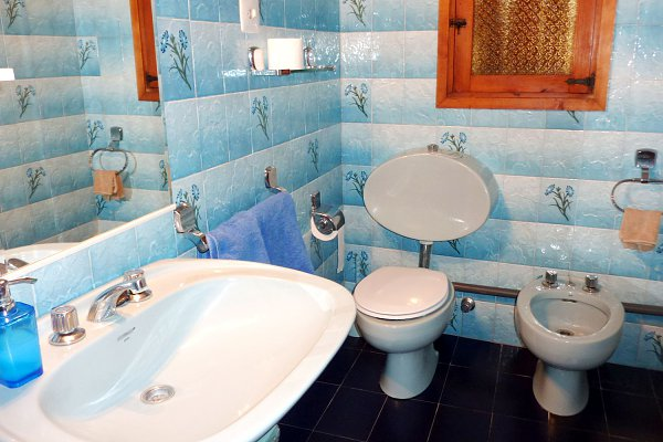 Blue bathroom in a rental house of Ibiza